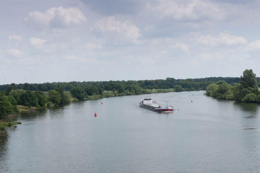 Zicht op de Maas vanaf de brug bij Well